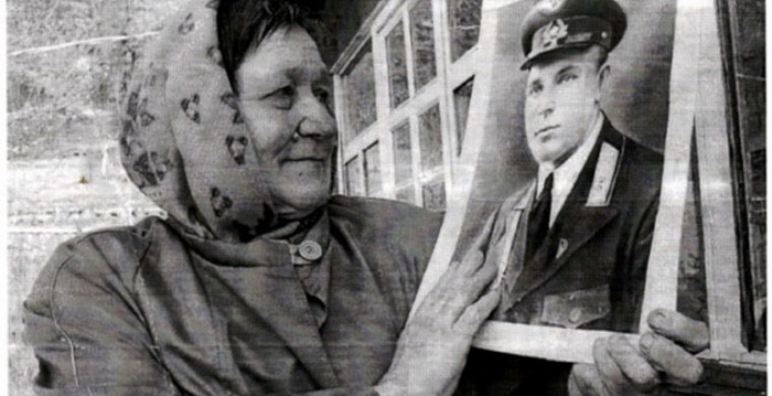 Племянница держит в руках фото Ивана Даценко.