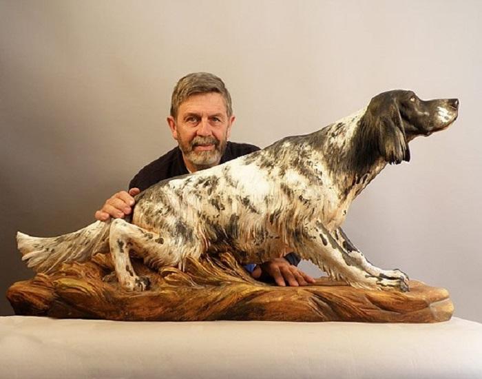 Автор Джузеппе Румерио (Giuseppe Rumerio) рядом со своей скульптурой собаки из группы легавых. | Фото: wood-sculptor.info